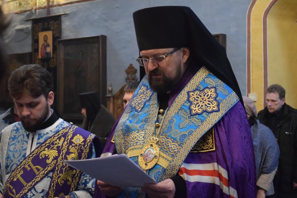 В монастырях и храмах Галичской епархии сегодня совершили молебны и автомобильные крестные ходы