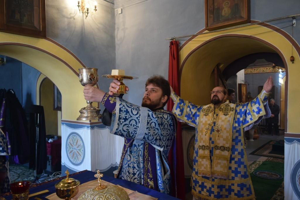 Божественная литургия в субботу акафиста в Успенском соборе Паисиево-Галичского женского монастыря