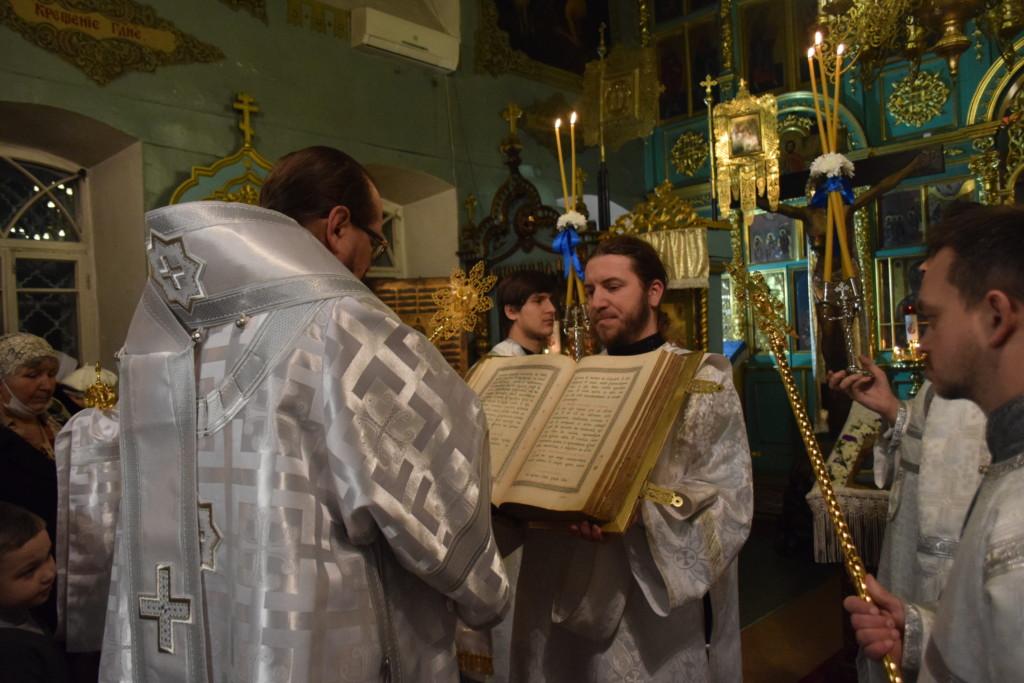 В канун праздника Богоявления Господня епископ Галичский и Макарьевский Алексий совершил всенощное бдение в Введенском соборе